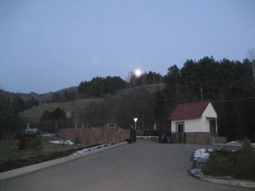 из-за гор выходит луна