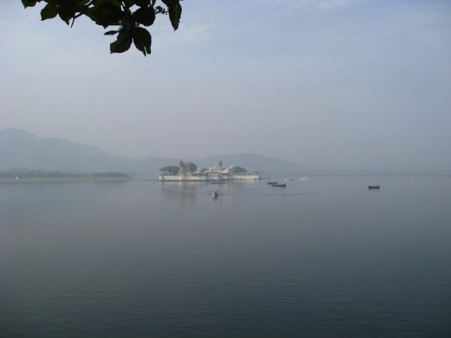 озерный дворец