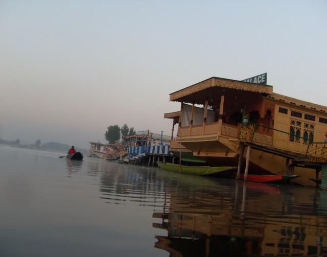 Озеро Дал в Шринагаре...