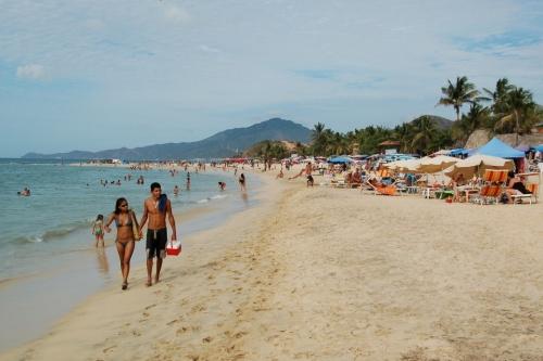 полоса песка вдоль моря