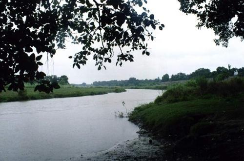 Священная река Гомати (увы, день был дождливый)