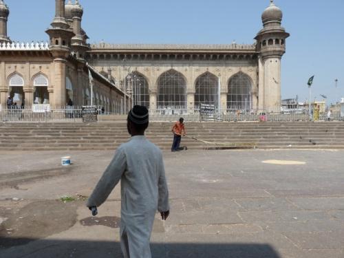 Справа мавзолей с разводилами, а прямо сама мечеть Мекка Масджид