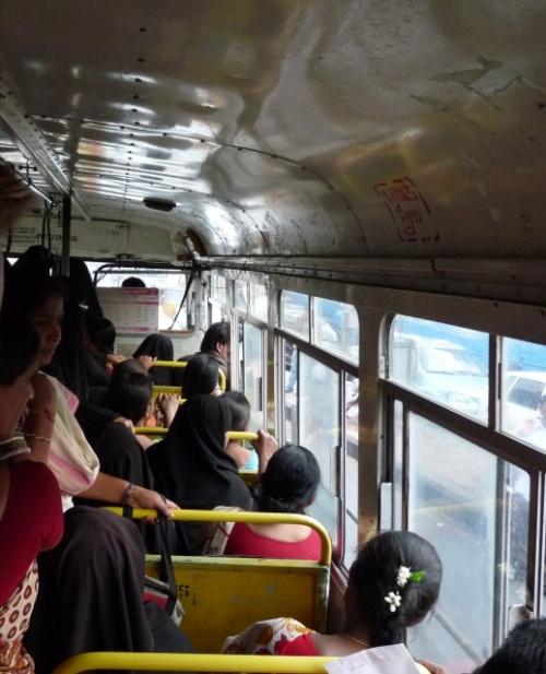 Передняя часть автобусов заполнена женщинами