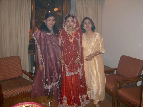 невеста с подружками (в центре)