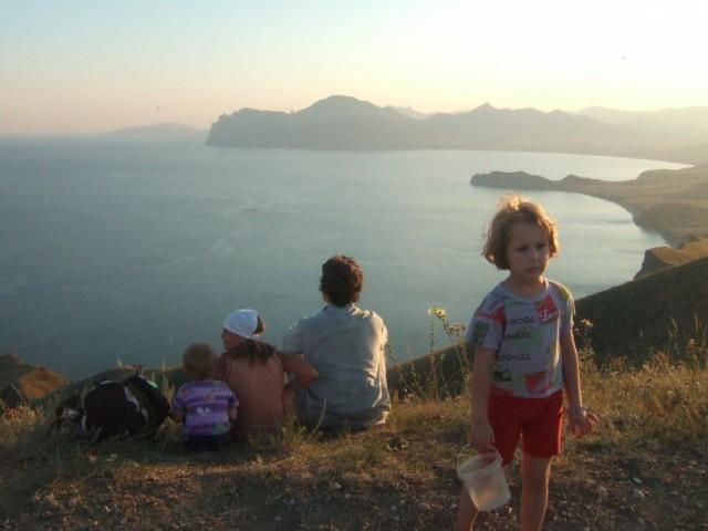 Живем 230м выше моря, в лесу , у родника, купаться ходим, за одно и худеем!