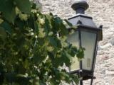 фонарь у крепостной стены