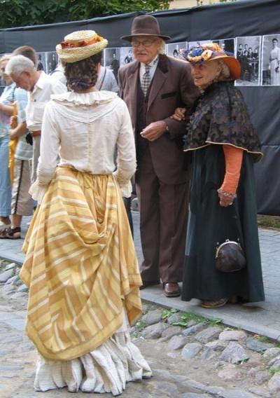 А по улицам напустили народу в костюмах того времени. Они просто гуляли в толпе, общались между собой, очень славненько у них это получалось.