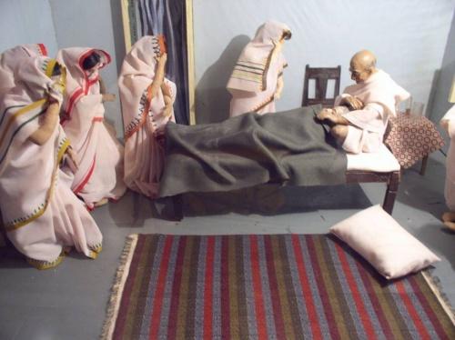 Ганди оплакивает умершую супругу (оттуда же)