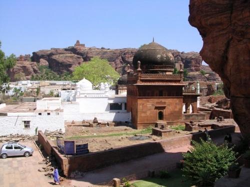 Бадами, муслим на фоне индуизма