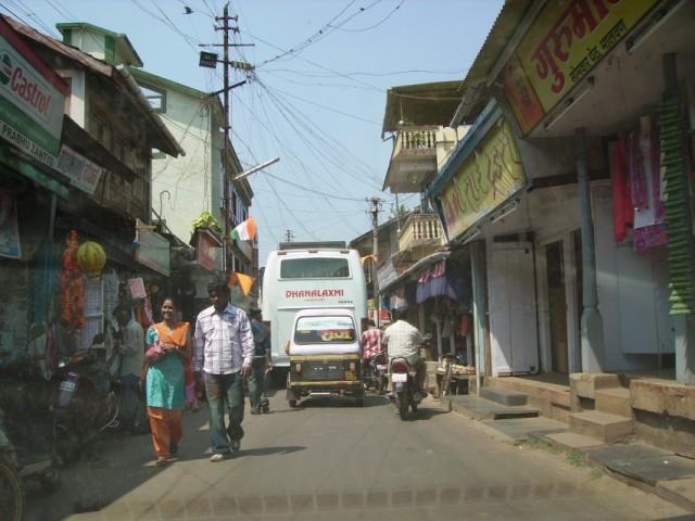 по Малвану автобусы ездят ещё - это надо видеть как они пробираются