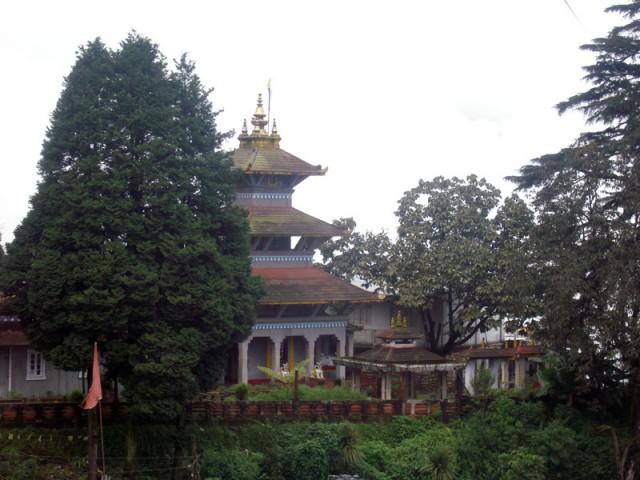 По дороге встречались храмы