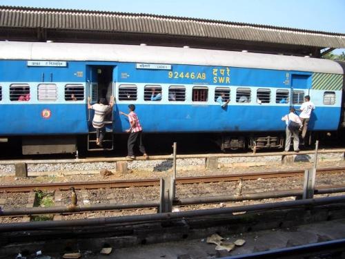 народ штурмует поезд в Мумбай. На нашем поезде мест свободных было полно.