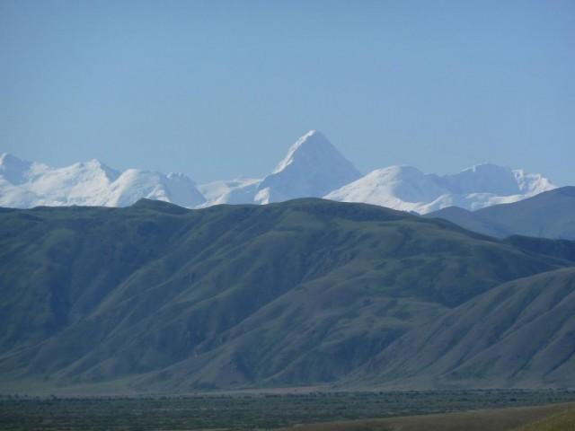 По пути можно увидеть вершину  Хан-Тенгри