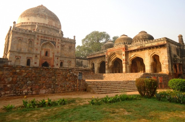 Бара Гумбад Томб и мечеть