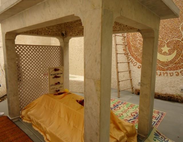 гробница Хазрат Вилайят Инайян Хана - сына Инайят Хана. Вилайят Инайят Хан (1918-2004) был главой Международного суфийского братства после смерти отца
