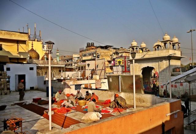 Вид на Золотую Мечеть со двора гурдвары Сис Ганж Сахиб