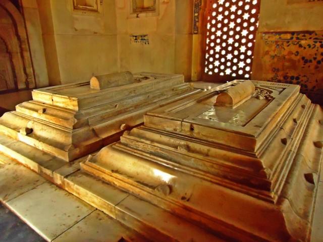 Слева - надгробная плита Хазрата Джамали, справа - Камали