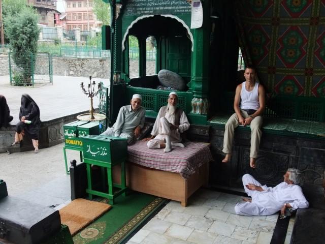 Перед входом в мечеть