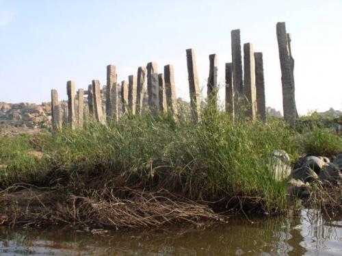 останки старого моста через Тунгабхадру
