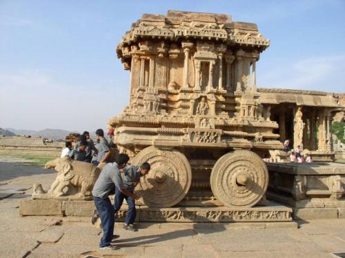 Каменная колесница - на мой взгляд, самое интересное сооружение в этом комплексе