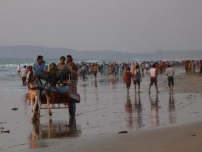 Людный индийский пляж Ганпатипуле