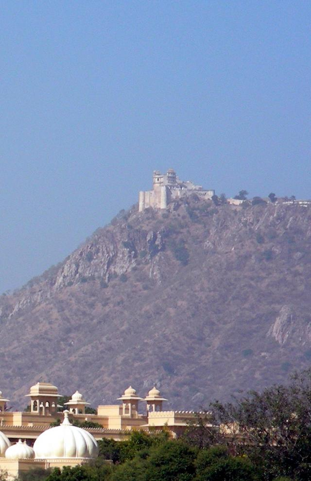 Вид на Саджангарх из Удаипура