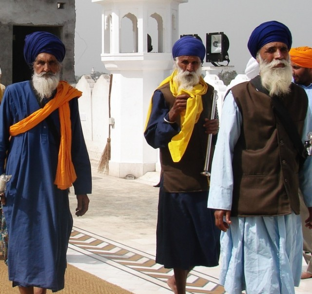 идут в храм