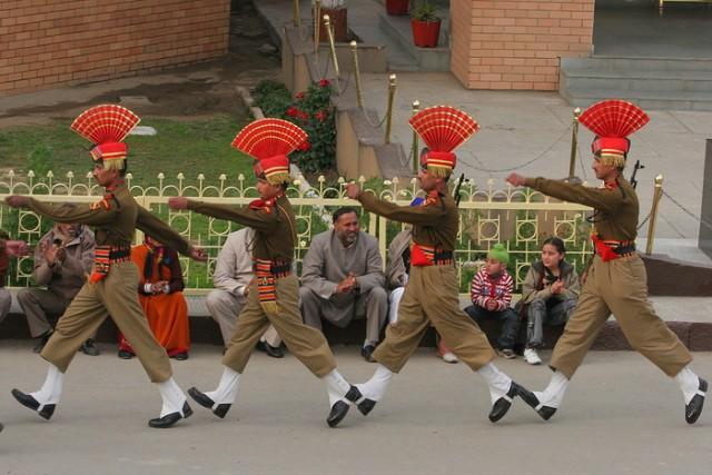 Индийские военные на церемонии закрытия границы в Аттари