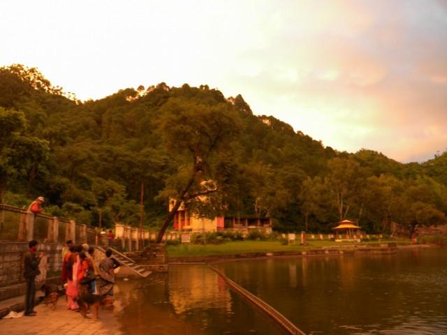 паломники на берегу озера