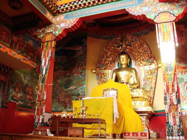 Позолоченная статуя Будды-Шакьямуни