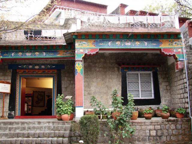 магазин при институте с  уникальными произведениями народных тибетских ремесел
