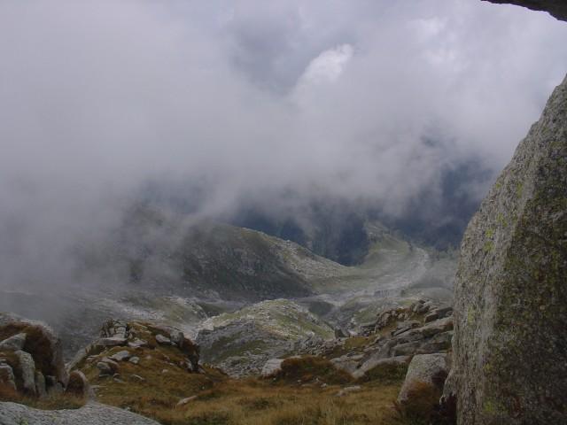 на некоторых высотах из облаков конденсировался град или дождь
