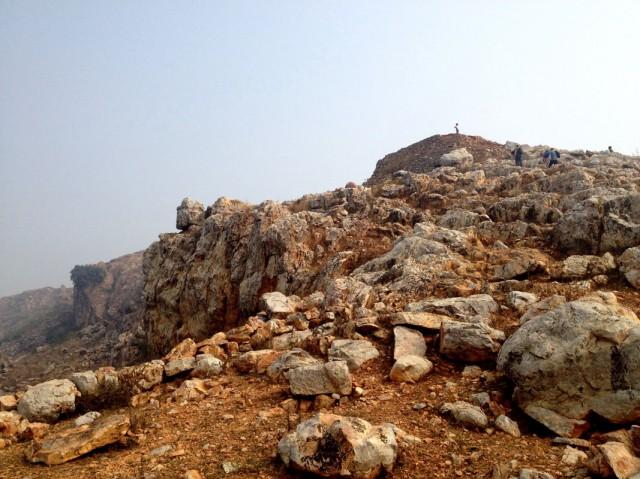 Развалины ступы на вершине горы над пещерой Махакалы