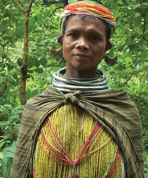 Женщина из племени в традиционной одежде