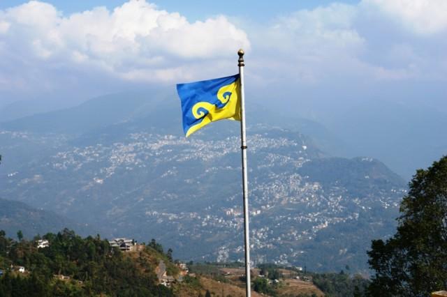 Вид с крыши монастыря. Флаг Карма Кагью.