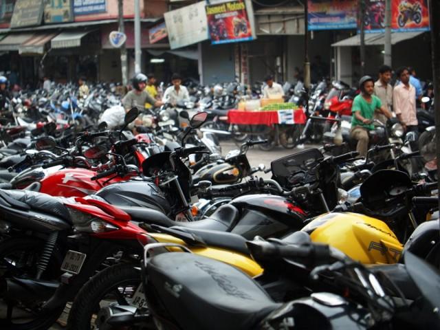 На рынке Karol Bagh действительно очень много мотоциклов.