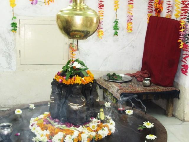 внутри маленького храмика на территории парка Бирла Мандир