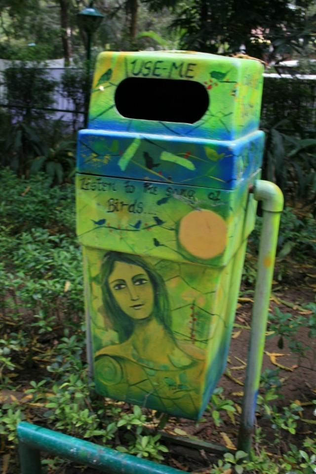 мило и позитивно-  мусорная урна в Лоди