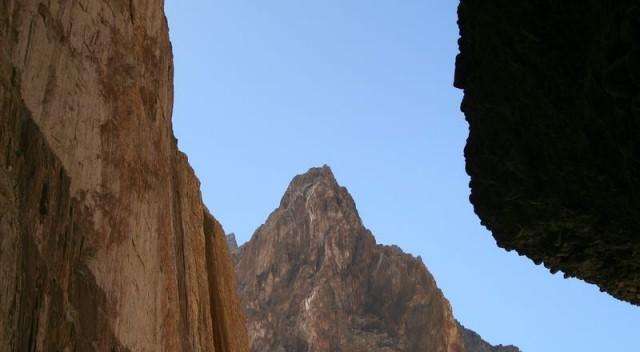 стены ущелья почти километровой высоты