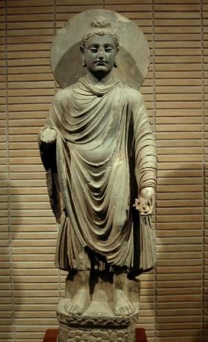 Статуя будды в греко-буддистском стиле