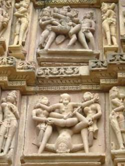 Эротические скульптуры на стенах индуистского храма в Каджурахо