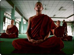 Буддистские монахи медитируют
