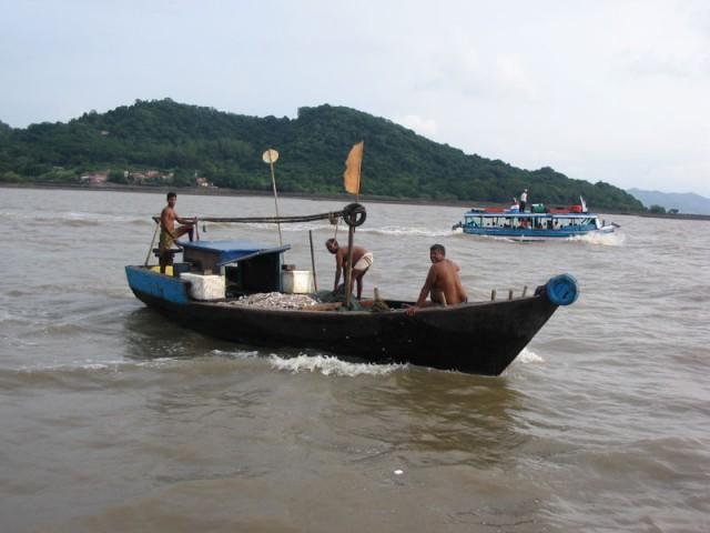 Мумбайские рыбаки, на заднем плане Элефанта, пушки на одной из вершин.
