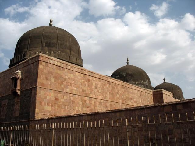 Манду. Первое, что видишь, прибывая в Манду - купола мечети Джами Масджит