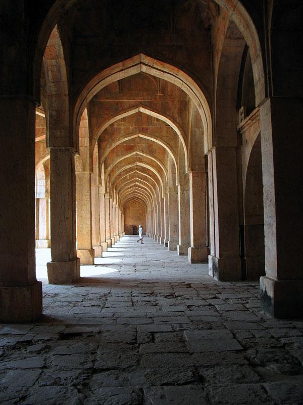 Манду. Мечеть Джами Масджит. Под сводами мечети