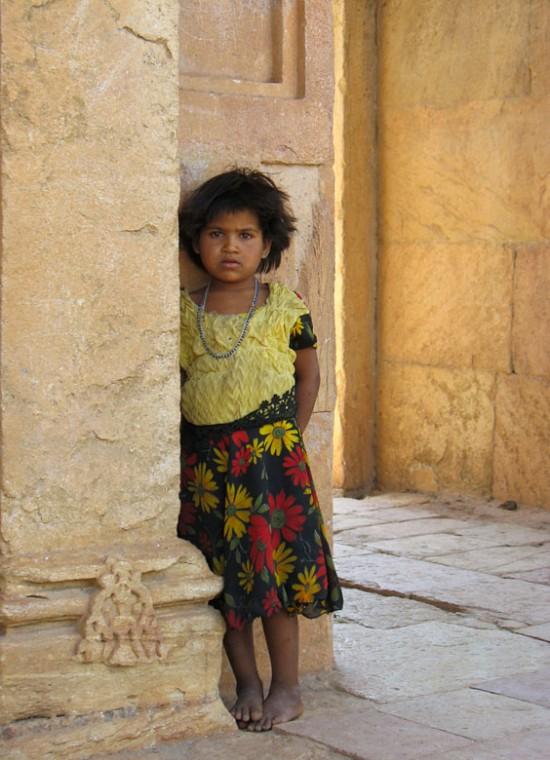 Эта девочка молча следила за нами, пока мы осматривали мечеть