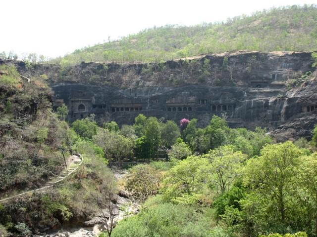 Аджанта. Общий вид пещер. Говорят, в сезон дождей здесь красотища: внизу течет река, всюду водопады, растительность оживает...