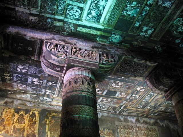 Аджанта. Стены покрывались изображениями джатак (иллюстраций из прошлых жизней исторического Будды) и святых, а потолки и колонны - изящным орнаментом