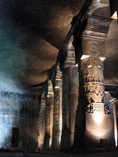 Аджанта. Это колоннада в вихаре - зале общего собрания монахов