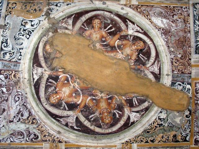 """Аджанта. Фрагмент росписи потолка перед входом в одной из пещер. Расписанный потолок переставал """"давить"""" своей каменной тяжеловесностью"""